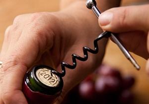 Breloc Twistick -- mereu la locul potrivit, in preajma unei sticle de vin