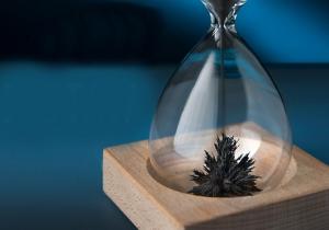 Clepsidra magnetica -- spectacolul vizual al timpului.