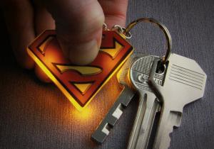 Breloc Lanterna Superman -- Lumina ta marca DC Comics
