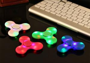 Fidget Spinner boxa si lumini LED -- Concentrare si relaxare la alt nivel