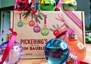 6 globuri Pickering`s Gin -- Podoabe de brad altfel…