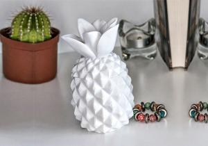Ananas ceramic cu capac -- Simbolul verii in varianta monocroma