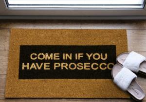 Come In If You Have Prosecco -- Interzisa sosirea cu mainile goale