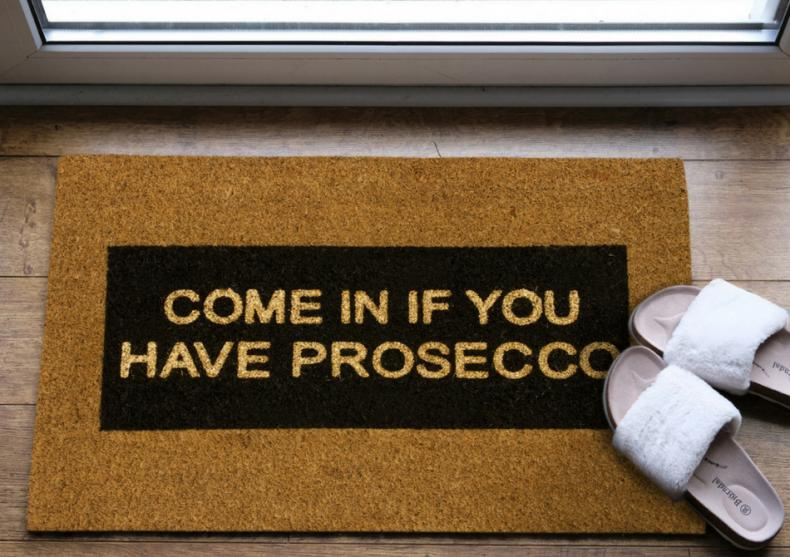 Come In If You Have Prosecco -- Interzisa sosirea cu mainile goale image