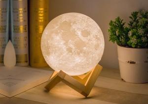 Luna -- Veioza rupta din cer