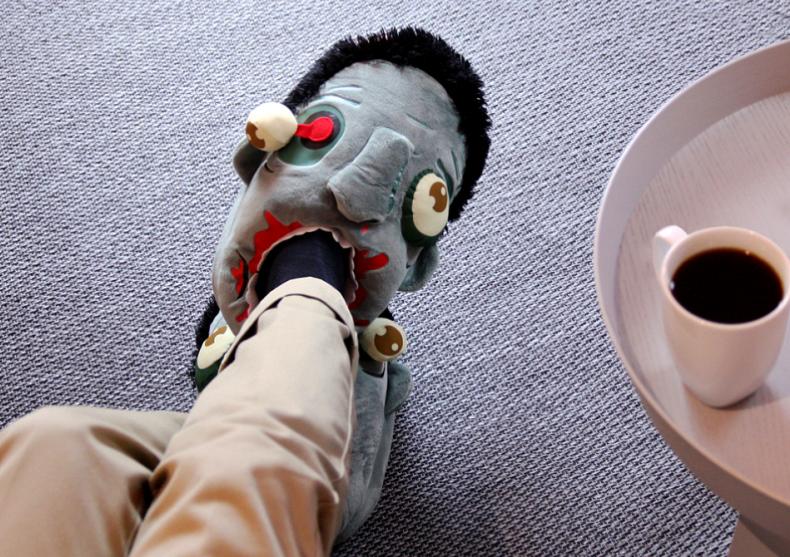Papuci de casa Zombie -- Accesoriu empatic pentru clipe grele image