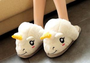 Papuci de casa unicorn -- O pereche de inorogi pufosi