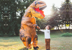 Costum de dinozaur -- Fura spectacolul!