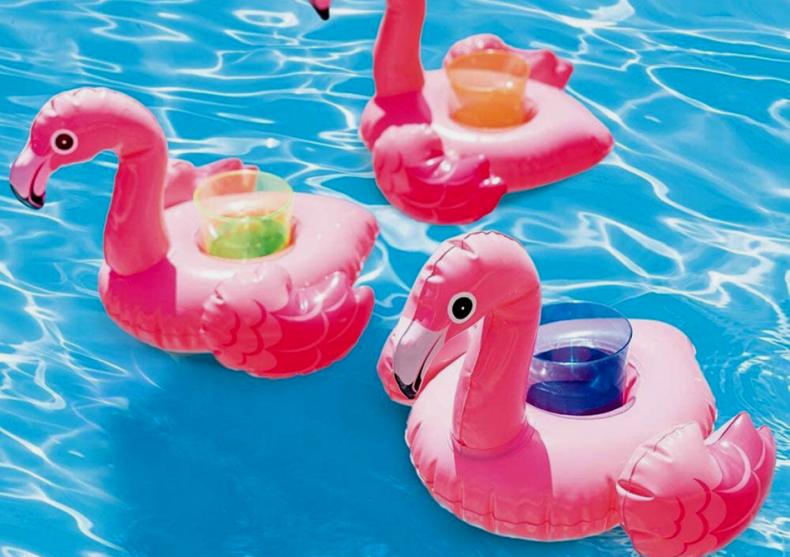 Flamingo pentru bauturi -- Viata e roz, mai ales in piscina image
