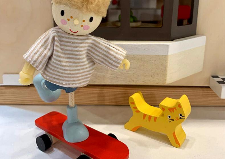 Edward cu skateboard -- figurina din lemn premium image